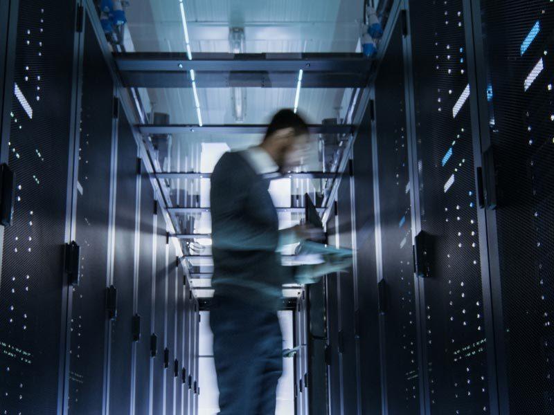 Clouddiensten-datacenter-man-cloudmanagement