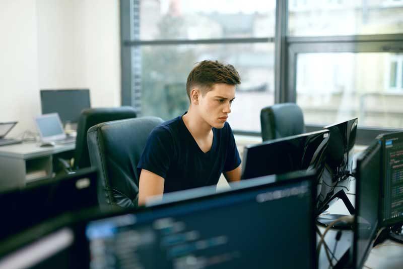 MEOS-jong-helpdeskmedewerker-kantoor-cloudbox